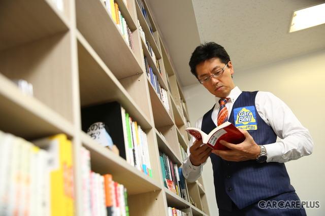 カーベルの伊藤一正社長。本を片手に知的な雰囲気が漂う