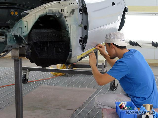 マツダが誇る職人によって、手作業中心の作業が行われる