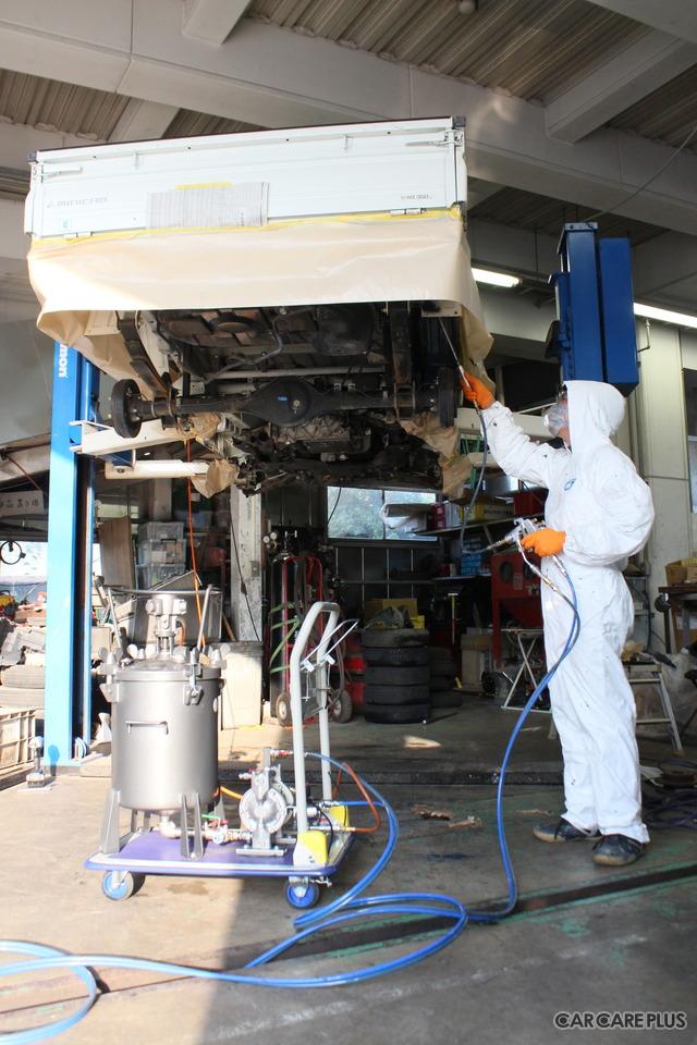 郷田鈑金の専門スタッフが「防錆処理」を行っている様子