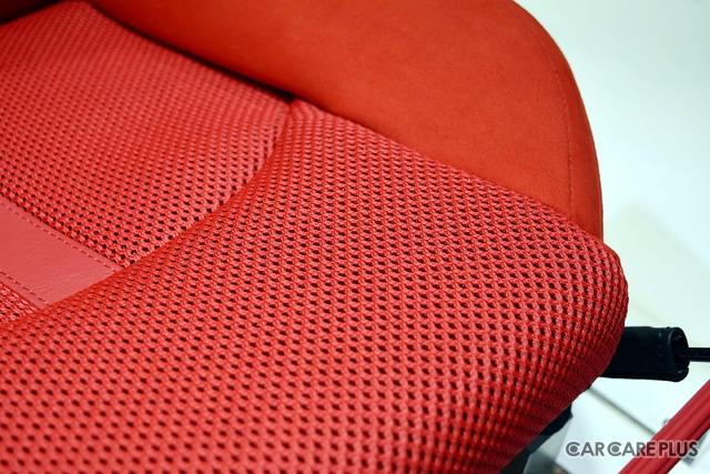デルタ工業の「三次元立体編物(3D-NET)」を採用し、蒸れない快適なシートを開発