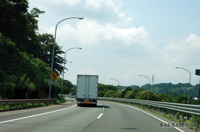 高速道路での飛び石被害を避けるために、充分に車間距離をとって大型車の後ろを走ることなど避けたいもの