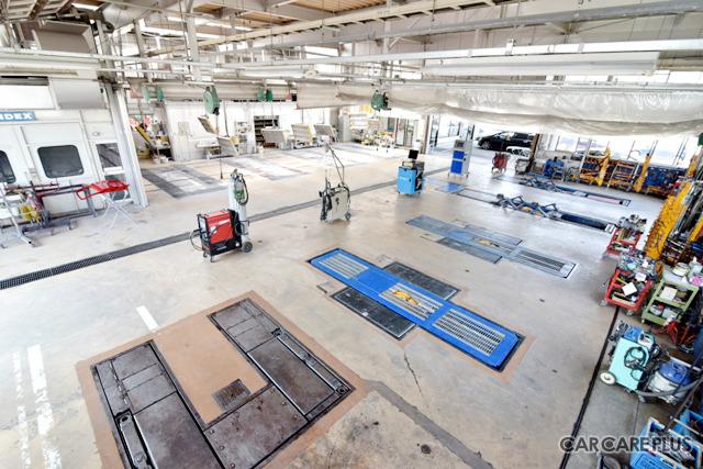 カナザワ鈑金の修理工場。十分な作業スペースが確保され、整理整頓が行き届いている