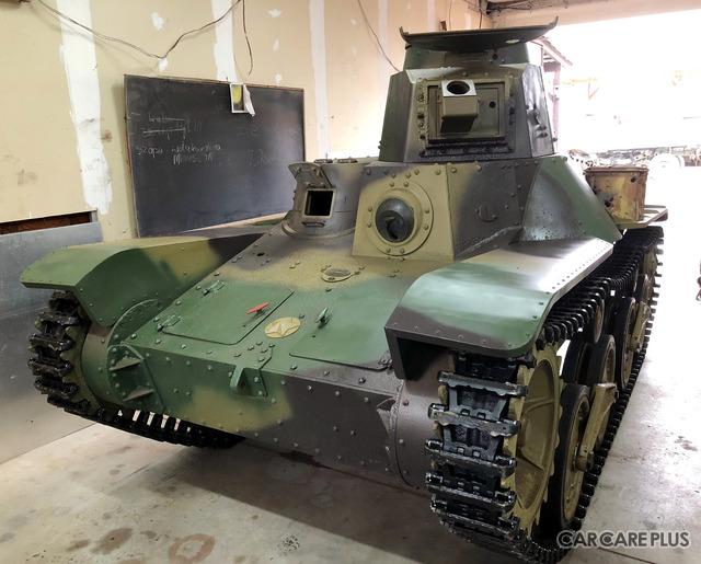 エンジンの搭載を待つ「九五式軽戦車」。操行装置はオーバーホールを完了