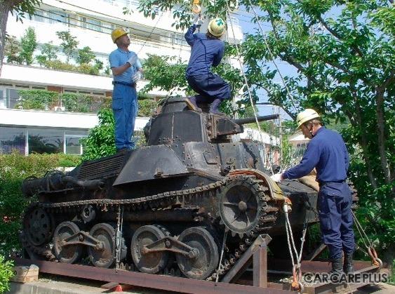 2004年に、和歌山県の南紀白浜から英国に向けて出発する「九五式軽戦車」
