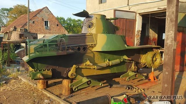 欧州にて修復作業中の「九五式軽戦車」。写真は1年程前の様子。現在は三菱製のオリジナル空冷ディーゼルエンジンを搭載し、走行を目指して最終組み立て中