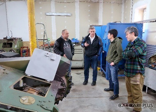 知らせを受けた小林氏は、英国人コレクターのもとを訪れ、修復中の「九五式軽戦車」を視察