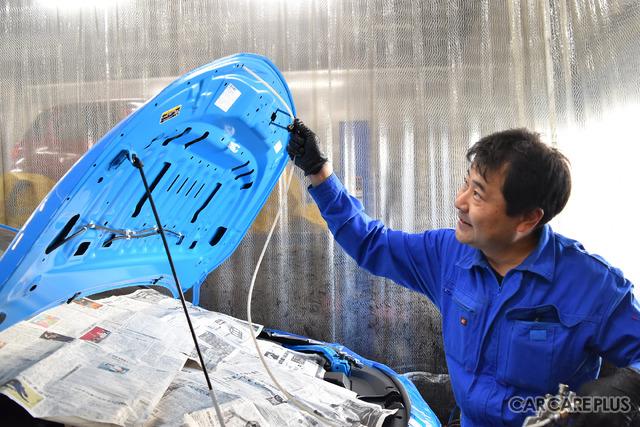 ボンネットの裏側に特殊ノズルで防錆剤を塗布することを説明