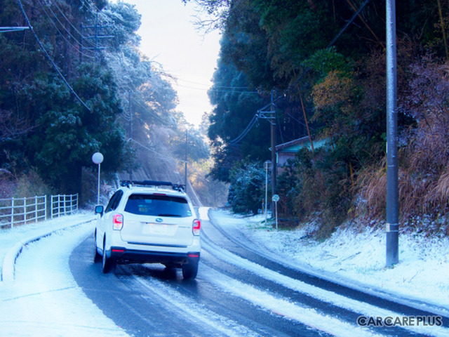 雪道では、凍結防止剤や融雪剤が道路に散布されておりサビの発生を誘発する