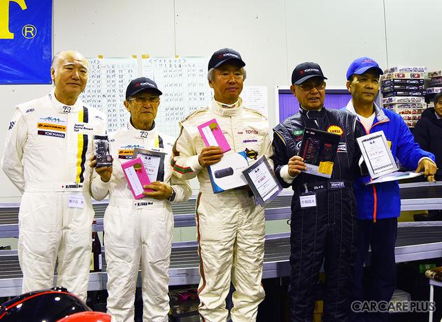 個人成績トップ3の選手と主催者の田村氏とドライバー代表の鮒子田寛選手