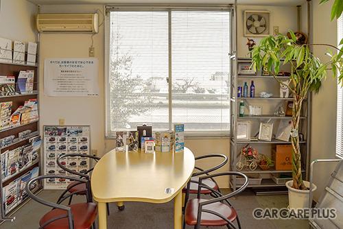 受付横にも待合スペースが設けられており、入庫整備中もくつろいで待つことができる