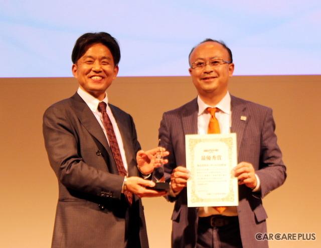 「カーサービス山形」小川大輔代表取締役社長が、第3回「店舗イベントGP」の最優秀賞を手にした
