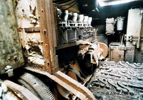 修復が進められる車両は、エンジンからバッテリーまで当時の状態のまま残されていた