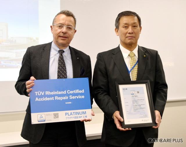 大阪トヨタ自動車の小西俊一代表取締役社長(右)と、テュフ ラインランド ジャパンのシュヴァインフルター代表取締役社長(左)
