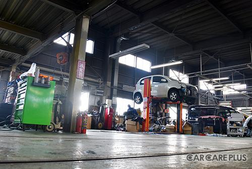 広い工場内には、いつもたくさんの車両が入庫している