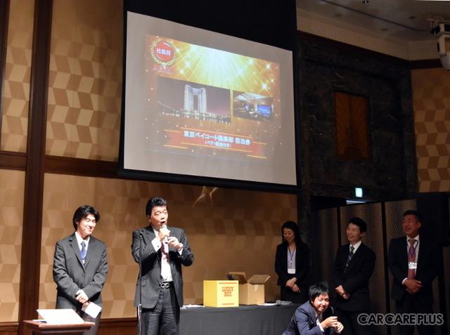 社長賞を引き立てた幸運なスタッフにコメントを求める石井社長