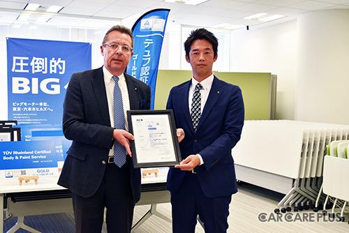 テュフ ラインランド ジャパンのシュヴァインフルター代表取締役社長(左)とビッグモーターBP本部の大賀本部長