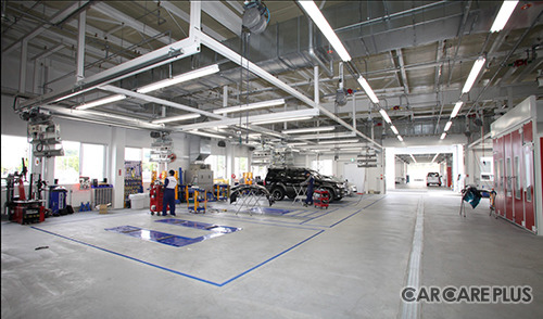 広く綺麗なビッグモーターの鈑金塗装工場。全店舗ユニット化されているのが特徴
