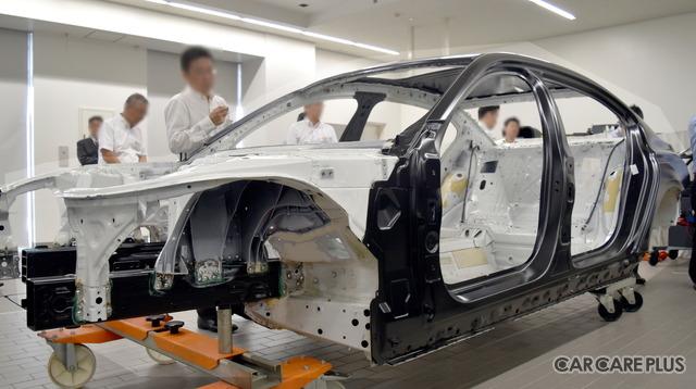 セミナー会場(BMW Group アカデミー幕張)には、ボディの骨組みがあり、磁石を使って素材の違いを確認できた