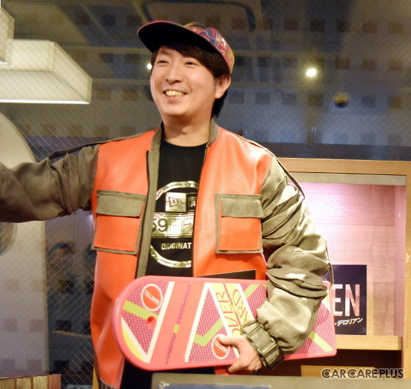 映画コメンテーターの有村氏は、映画『BTTF』でマイケル・J・フォックスが演じた主人公マーティ・マクフライそのままのスタイルで、トークイベント会場に登場