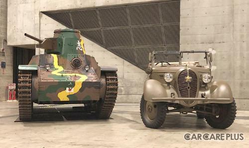 左から「九五式軽戦車/撮影用プロップモデル」と、フルレストアに成功した、日本初の小型四駆「くろがね四起前期型」