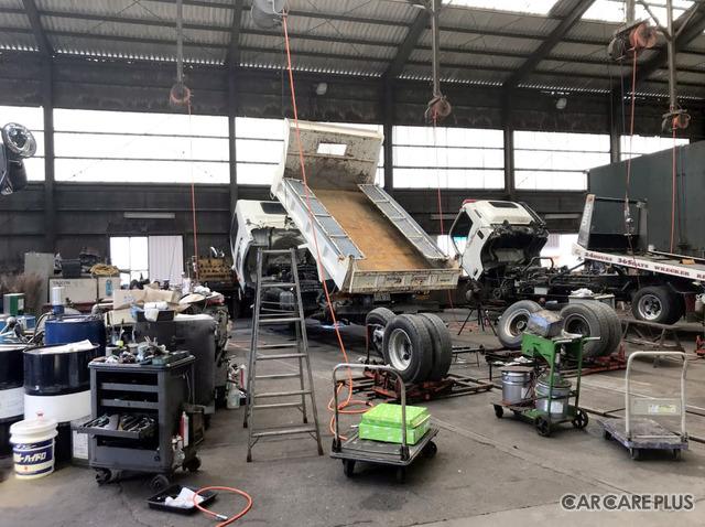 高柳センターの工場内には、大型トラックやマイクロバスの修理を行える