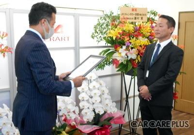 右から、阿波日産車体の天眞雅人取締役、テュフ ラインランド ジャパン テュフ栗田隆司氏