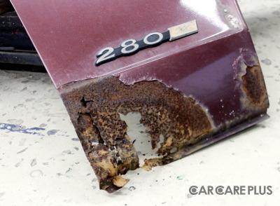 日産・フェアレディZが、塩カル被害により、サビて腐ってしまっている