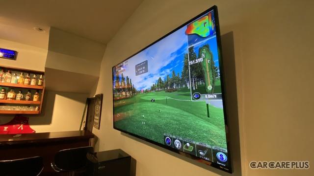 大きな壁があるので大画面モニターも設置可能だ。