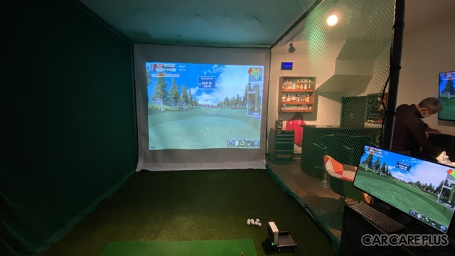 ガレージ内にゴルフシミュレーターを設置することも可能。