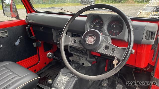ステアリングをはじめ、室内のドレスアップは最小限。旧車のSJ30でオリジナルを保っているのは、むしろ尊いこと