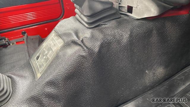 アンダーフロアの樹脂の表皮。説明のタグも含めて、綺麗に残っているクルマはかなり少ない