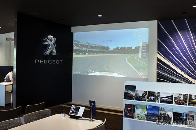 通常は、プジョーの新型車が展示されているスペースに大型スクリーンが